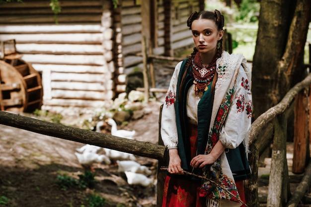 Charmantes ukrainisches mädchen in einem gestickten kleid