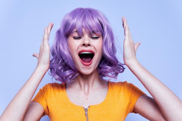 Charmantes und fröhliches model mit lila haaren