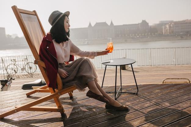 Charmantes weibliches modell, das urlaub in europa feiert