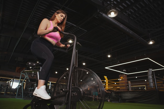 Charming plus size frau im fitnessstudio