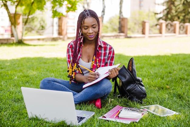 Charming student notizen beim lernen
