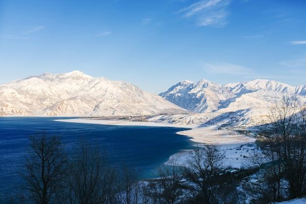 Charvak reservoir mit wasser an einem klaren wintertag