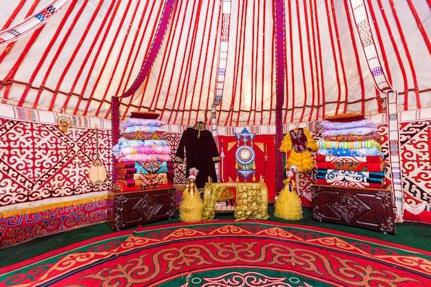 Charyn canyon, kasachstan - 27. juli: innenraum der jurte, nomadisches wohnmobil, typisch für zentralasien. juli 2016