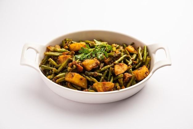 Chawli aloo subji oder sabzi im indischen stil, lange bohnen und kartoffeln trocken braten, in einer schüssel serviert, selektiver fokus