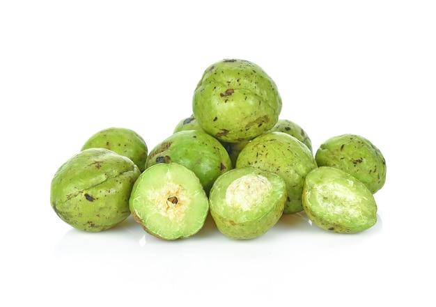 Chebulic myrobalans, myrolan wood (terminalia chebula retz.) frucht, medizinische eigenschaften. isoliert auf weiß.