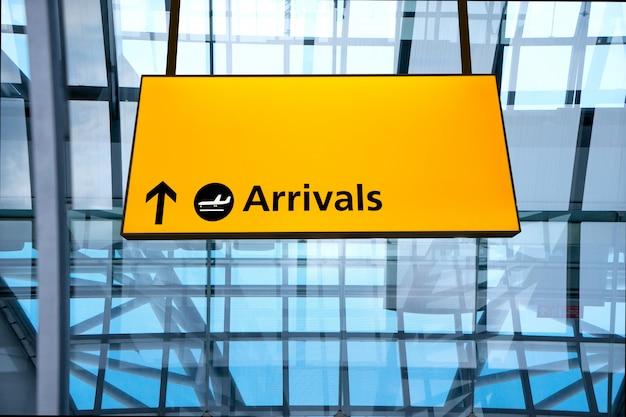 Check-in, flughafen abflug & ankunft hinweisschild