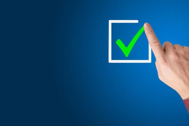 Checklistenkonzept hand des geschäftsmannes häkchen auf den kontrollkästchen mit dem roten kopierraumfinger der markierung zieht ein häkchen