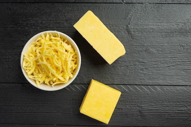 Cheddar-käse auf dunkler holzoberfläche