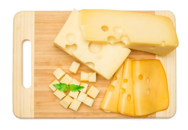 Cheddar-käse auf weißer wand