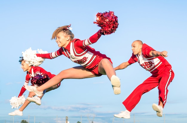 Cheerleader-team mit männlichem trainer