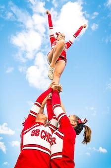 Cheerleader-team während des wettbewerbs im freien