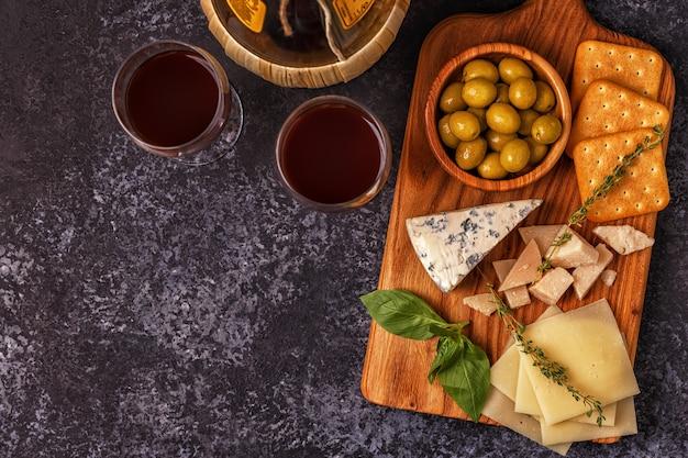 Cheese cracker oliven wein.