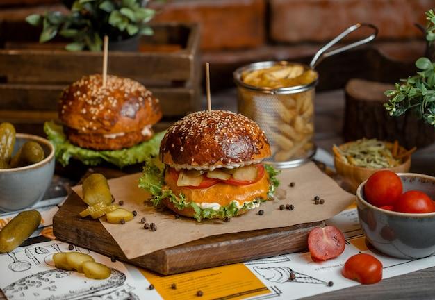 Cheeseburger-menü mit geschmolzenem cheddar