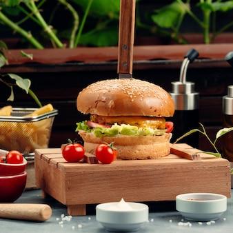 Cheeseburger mit salat und tomate