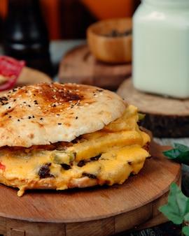 Cheeseburger mit viel geschmolzenem käse
