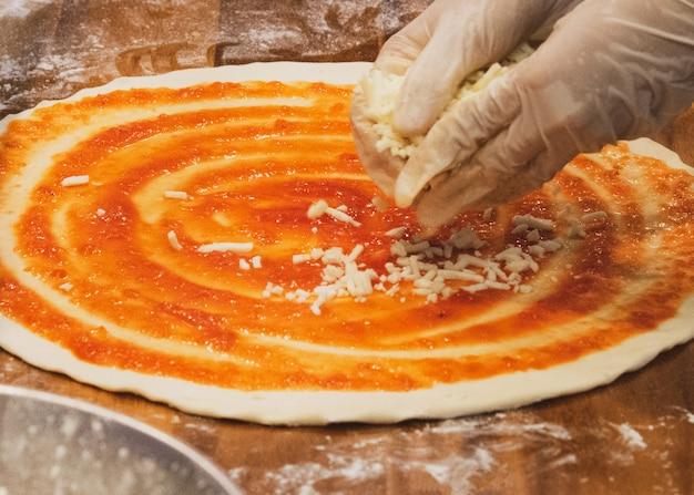 Chef bereitet köstliche pizza auf der küche zu