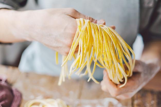 Chef, der frische italienische teigwaren macht