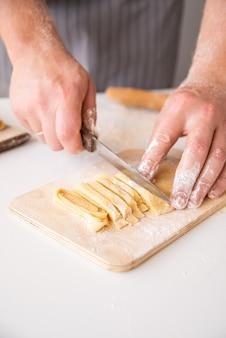 Chef, der frischen teigwarennahaufnahmeschuß bildet