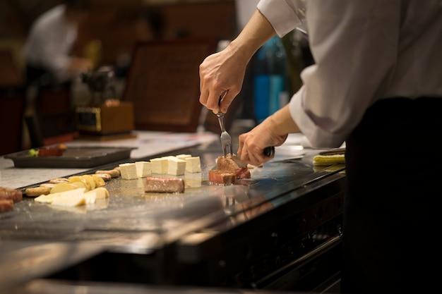 Chef, der kobe wagyu rindfleisch teppanyaki japanische art kocht