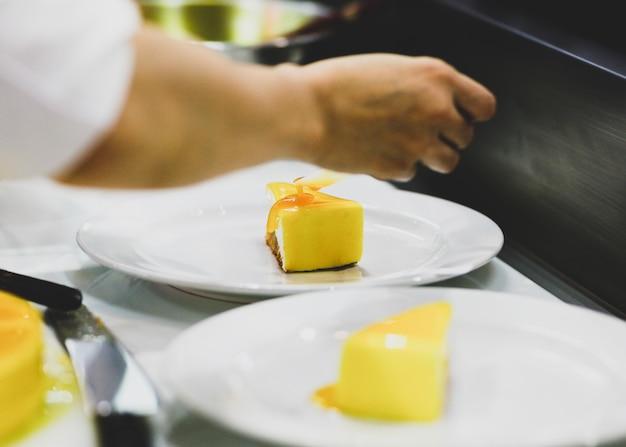 Chef, der lebensmittel, mahlzeit, in der küche, chefkochen, chefdekorierteller zubereitet