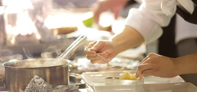 Chef, der lebensmittel, mahlzeit, in der küche, kochender chef, chef verzierend teller, nahaufnahme vorbereitet