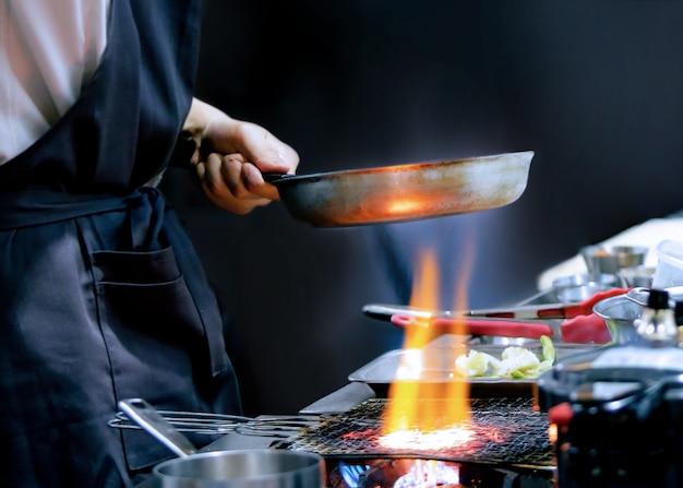 Chef, der nahrung, mahlzeit, in der küche, kochender chef, chef bereitet, der teller verziert