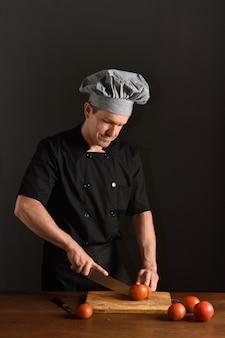 Chef, der tomate schneidet