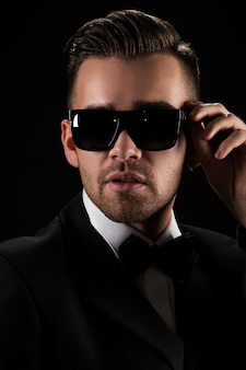 Chef, herr. attraktiver geschäftsmann im schwarzen anzug