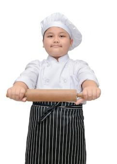 Chef im einheitlichen koch, der nudelholz hält