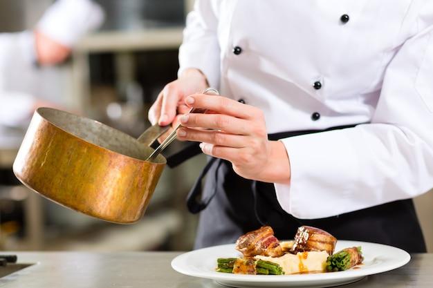Chef in der hotel- oder restaurantküche kochend
