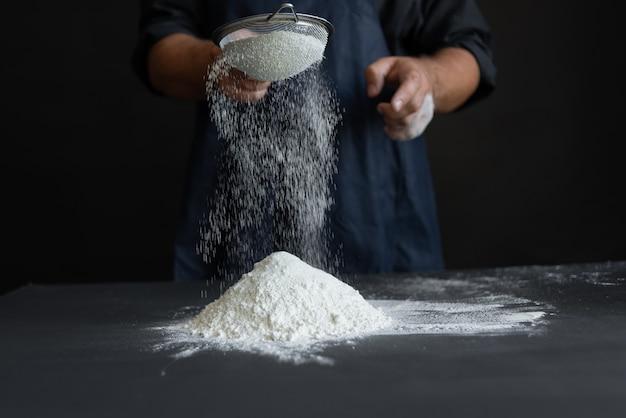 Chef in der küche, die ein köstliches kuchen-, lebensmittelkochkonzept vorbereitet.