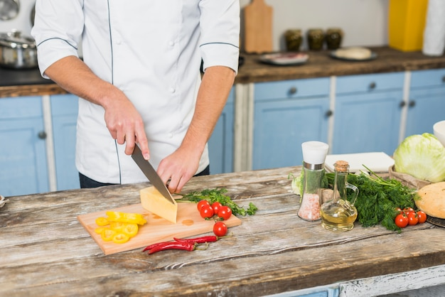 Chef in der küche kochend mit gemüse