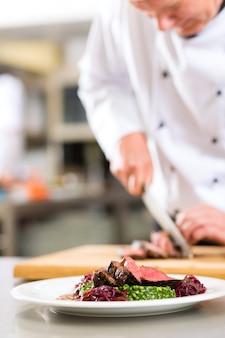Chef in der restaurantküche, die lebensmittel zubereitet