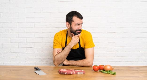 Chef in einer küche, die seitlich schaut