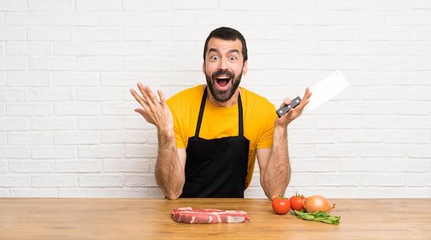Chef in einer küche, die überraschungsgeste macht