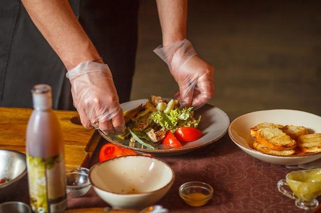 Chef macht einen köstlichen caesar-salat.