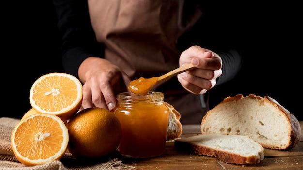 Chef mit glas orangenmarmelade