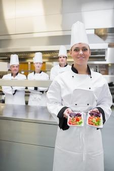 Chef präsentiert ihre salate