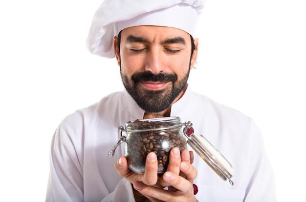 Chef riechende kaffeebohnen