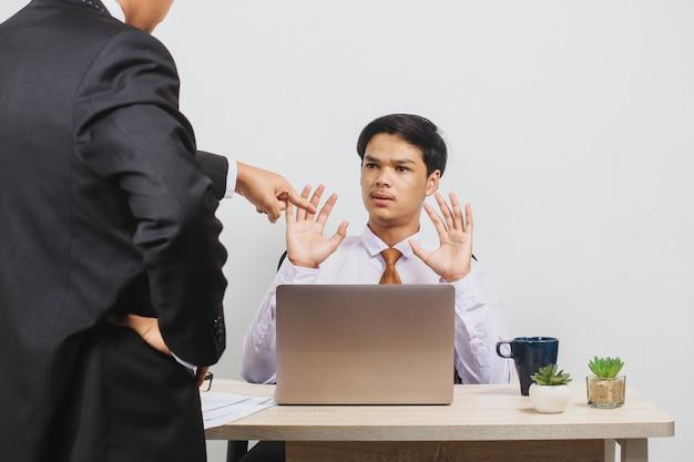 Chef schimpft mit einem mitarbeiter im büro