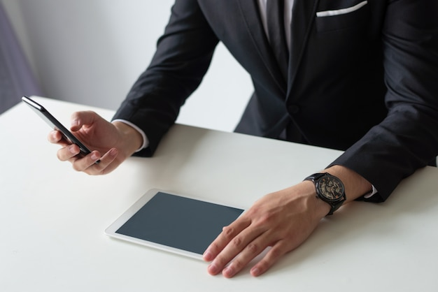 Chef studiert berichte über gadgets-bildschirm