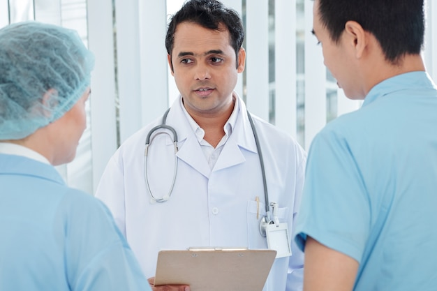 Chefarzt, der anweisungen gibt
