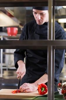 Chefkoch bereitet ein rezept vor