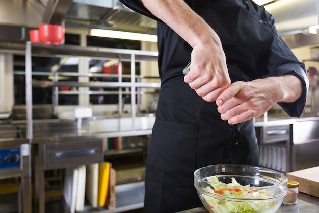 Chefkoch bereitet einen salat vor
