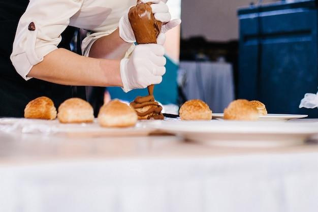 Chefkoch bereitet einen süßen kuchen in der küche vor