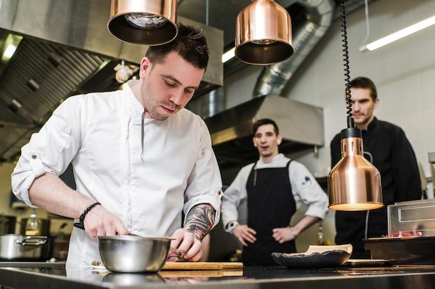 Chefkoch bereitet rinderfilet in der restaurantküche zu