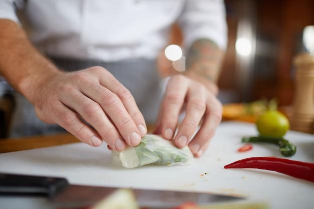 Chefkoch, der asiatische nahrungsmittel-nahaufnahme kocht