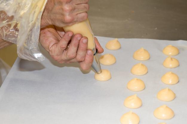Chefkoch, der hausgemachten bäckernamen macht, ist chouxcreme