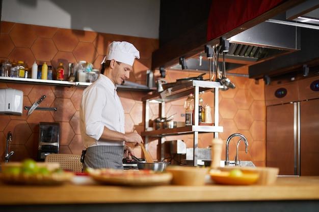 Chefkoch, der in der restaurantküche kocht