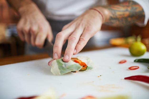 Chefkoch, der vegetarisches essen kocht